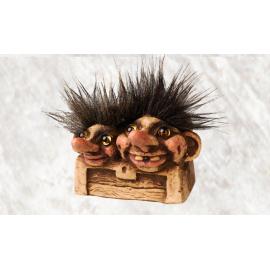 840080 trollene inne i en kiste